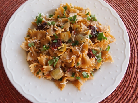 Bow-tie pasta with sun-dried tomatoes and artichoke hearts